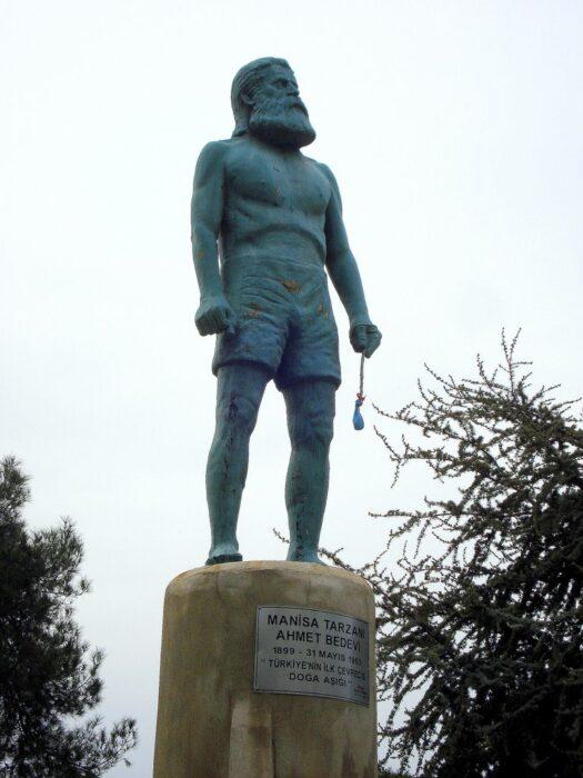 Manisa Tarzanı'nın Manisa şehrinin birçok yerinde heykeli bulunmaktadır.